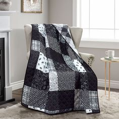 Black And White Quilts, Black White, King Quilt Sets, Grey Quilt, Black Decor, House Styles, Paisley, Shades, Furniture