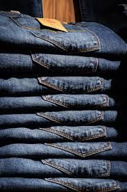 If you're like most women, you find jeans shopping stressful. In fact, nearly 70 percent of Motherboard Moms said that they have to try on four or more pairs before they find a pair that fits. How to find a good pair of jeans? Jeans Fit, Denim Jeans, Ladies Jeans, Denim Leggings, Denim Overalls, Jeans Style, Jean Parfait, Moda Plus Size, Back To School Outfits