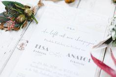 Anstecker für Bräutigam und Trauzeugen & #ArtDeco Hochzeitseinladung im Letterpress Druck von #CarissimoLetterpress