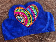 Cómo hacer un corazón de tela | Gineceo Embroidery Hearts, Basic Embroidery Stitches, Embroidery Applique, Embroidery Patterns, Sewing Crafts, Sewing Projects, Fabric Ornaments, Felt Birds, Heart Ornament