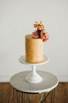 That Velvet Touch: This Autumn-Hued Styled Shoot At The Metropolist In Seattle Blends Retro Vibes & Modern Details Contemporary Wedding Cakes, Ice Cake, Individual Cakes, Fresh Flower Cake, Black Wedding Cakes, Traditional Cakes, Cake Trends, Cake Tasting, Small Cake