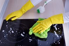 Induction or glass ceramic cooktops can be quite delicate and difficult to clean but with these tips and tricks, you'll see, it will be a piece of cake! House Cleaning Tips, Cleaning Hacks, Mold And Mildew Remover, Cleaning With Peroxide, Vinegar Uses, Disinfecting Wipes, Grease Stains, Glass Ceramic, Piece Of Cakes