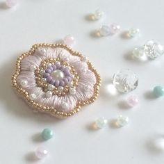 送料無料!ビーズ刺繍のフラワーブローチ|ブローチ|RoseRavieen|ハンドメイド通販・販売のCreema