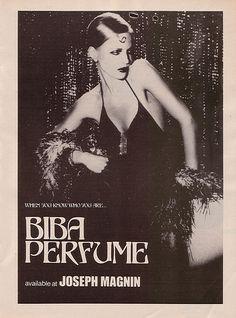 Một bức hình quảng cáo nước hoa của thương hiệu thời trang Biba, với vẻ đẹp hào nhoáng của ngừoi mẫu trong thiết kế váy xẻ sâu cùng khăn choàng lông, tóc ngắn ôm sát và trang điểm đậm.