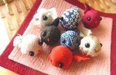 おたまじゃくしのちりめん細工 Learn Embroidery, Embroidery Patterns, Japanese Handicrafts, Arts And Crafts, Diy And Crafts, Japanese Embroidery, Doll Tutorial, Diy Hair Accessories, Felt Toys
