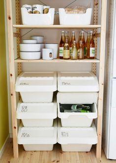 Teil eines Holzregals zur offenen Aufbewahrung von Recyclingbehältern