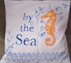 """Cojín """"Caballito de mar"""" pintado en tela, ideal para casa frente al mar, creado en Juliartex Perú"""