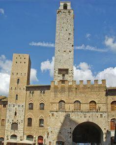 Torre Chigi, na cidade medieval de San Gimignano, na província de Siena, região da Toscana, na Itália. 819pxsan_Gimignano_Piazza_Duomo_Tower.JPG (819×1024)