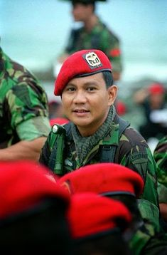 Prabowo Subianto jaman dulu Army Police, Military Girl, Quotes Indonesia, Sylvester Stallone, Armed Forces, Presidents, Mario, Africa, Vespa