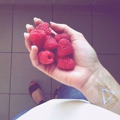 Malinková #raspberries #tattoo #golden #silver #rednails  #fruit #healthy #shoes #ccc #jeans #tallyweijl #bikbok #shirt #ootd #svacinka #milujumaliny #zavislost #mohlabychjejistporad #botickyzccc