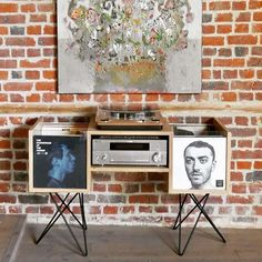Meuble disques vinyles Oak furniture for 200 vinyl records. Vinyl Record Display, Vinyl Record Storage, Vinyl Decor, Vinyl Shelf, Home Music Rooms, Record Player Stand, Vinyl Room, House Paint Interior, Diy Bedroom Decor