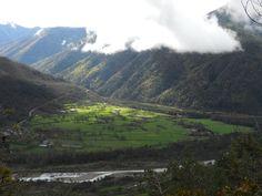 Primeras vistas. Sarvisé y sus prados, el río Ara y el barranco del Chate