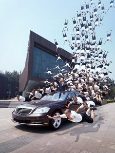 Li Wei states that these images are not computer montages and works with the help of props such as mirror, metal wires, scaffolding and acrobatics.
