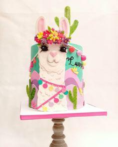 """Gabriela Scollo 🎂 en Instagram: """"Ayer fue el cumple de mi niña! Cumplió 9 años y me dijo: maaa los unicornio ya fueron haceme una de llama que me encantan!. Buscó la imagen…"""" Mexican Party, Clay Tutorials, Fondant Cakes, Cakes And More, Cake Art, Party Cakes, Amazing Cakes, Party Themes, Cake Recipes"""