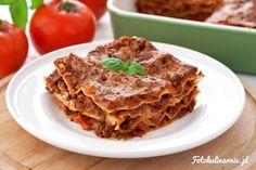 Oryginalna włoska Lasagne Bolognese z sosem mięsno-warzywnym, parmezanem i sosem…