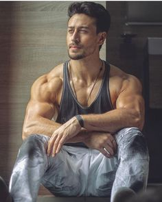 fitness no pain no gain homme musculation muscles thé modèles Rougue One, Tiger Shroff Body, Salman Khan Photo, Shahrukh Khan, Bodybuilding, Look Body, Bollywood Pictures, Actors Images, Boy Images