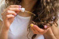 ulei de ricin   Qbebe.ro Curly Hair Tips, Curly Hair Styles, Natural Hair Styles, Best Hair Oil, Coconut Oil Hair Mask, Essential Oils For Hair, Hair Spa, Hair Loss Women, Brittle Hair