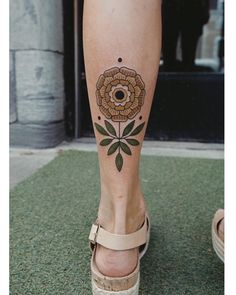 Tattoos Mandala, Tattoos Geometric, Flower Tattoos, Leg Tattoos, Body Art Tattoos, Cool Tattoos, Traditional Tattoo Flowers, Traditional Style Tattoo, Neo Traditional