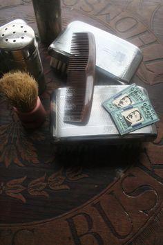 Vintage shaving kit Vanity  case vintage razor dandy Vintage Brooches, Vintage Earrings, Vintage Bags, Vintage Outfits, Irish Fashion, Shaving Razor, Stage Set, Royal Jewelry, Movie Props