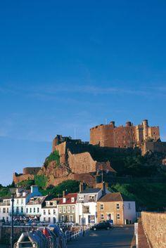 The impressive Mont Orgueil Castle in Jersey, Channel Islands Visit Uk, Channel Islands, Northern Ireland, San Francisco Skyline, New York Skyline, Coast, World, Travel, Pride