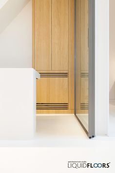 Een naadloos aansluitend bureaumeubel in hetzelfde materiaal als uw stijlvolle #gietvloer? Alles is mogelijk met de unieke Liquid Mellow van LiquidFloors.     #gietvloeren #kantoor #architectenwoning #architect #kantoorvloer #design #verlichting #interiordesign #furnituredesign #liquidfloors #interieur