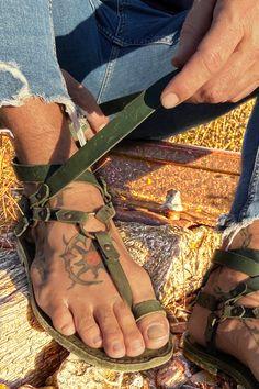 Mens Flip Flops, Leather Flip Flops, Mode Masculine, Gladiator Sandals, Male Sandals, Men's Sandals, Flipflops, Green Sandals, Summer Outfits Men