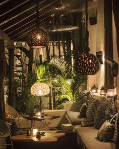 Plantas tropicales y texturas naturales para conseguir este rincón tan acogedor. Interior Tropical, Tropical Home Decor, Tropical Houses, Tropical Garden, British Colonial Decor, Estilo Tropical, Tropical Style, Interior And Exterior, Interior Decorating