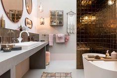 Badkamer met koperen tegels vtwonen huis op de vt wonen&design beurs | Fotografie Sjoerd Eickmans | Styling Marianne Luning, Cleo Scheulderman