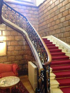 Escalera con marbol de Carrera y adornado de paredes con marbol de Ereño