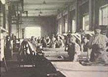"""Weljekset Åströmin nahkatehdas aloitti toimintansa vuonna 1863 nykyisen taidemuseon takana, Hupisaarten reunassa olevassa Dammisaaressa, tulipalossa 1858 tuhoutuneessa fajanssitehtaassa. Pohjoismaiden suurimmaksi nahkatehtaaksi kasvanut ... 1907 rakennettiin arkkitehti Karl Sigfrid Sandelinin suunnittelema punatiilinen, kaksikerroksinen päällisnahkatehdas, tehdasrakennus no. 25 eli oululaisittain """"Hilikku"""", mikä tarkoitti 25-pennistä."""