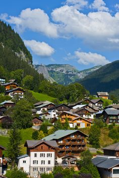 ©Robbie Davies -Morzine-Avoriaz Village de Morzine en été. #morzine #été #montagne #village French Alps, Provence France, Holiday Photos, Places To See, Travel Destinations, Beautiful Places, Europe, Tours, Paris