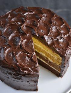 Dette er en kake som er artig å servere. Den ser ut som en vanlig høy og flott sjokoladekake, men de fleste blir overrasket når de ser hva som gjemmer seg inne i kaken. Den er også enklere å lage enn den ser ut for. Da jeg skulle lage kakeboken min var det viktig for … Frosting, Mad, Food And Drink, Baking, Ethnic Recipes, Desserts, Cakes, Room Decor, Decor Ideas