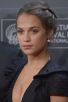Alicia Vikander at the 2017 Madrid premiere of 'Submergence.' Alicia Vikander at the 2017 Madrid premiere of 'Submergence. Alicia Vikander Hair, Alicia Vikander Style, Beauty Makeup, Hair Makeup, Hair Beauty, Yellow Eyeshadow, Celebrity Beauty, Beautiful Actresses, Good Skin