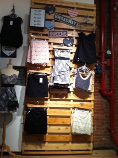 Efecto luces y sombras Display inside Brandy Melville. Photo by alphacityguides.