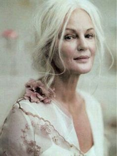 Grethe Kaspersen, real beauty is ageless. love her long grey hair Beautiful Old Woman, Beautiful People, Real Beauty, Hair Beauty, Older Beauty, Advanced Style, Ageless Beauty, Tips Belleza, Aging Gracefully