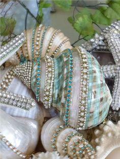 50 Cheap and Easy DIY Coastal Christmas Decorations Ideas - DIY Schmuck Ideen Seashell Painting, Seashell Art, Seashell Crafts, Beach Crafts, Diy And Crafts, Arts And Crafts, Seashell Projects, Seashell Decorations, Seashell Ornaments
