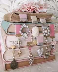 What to do with old jewelery or the lone earring? Vintage inspired bookmarks...pretty gifts for the girls...bridesmaids, bffs, little girls...I love this stacked-up look, too..wouldnt it look great on a bookcase?