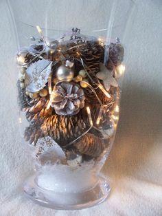 Glazen vaas met sneeuw, dennenappels, blaadjes, takjes, kerstballetjes, sterretjes en lichtjes op batterijen. Made by Crea-Lisa