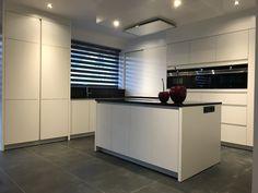 Binnenkijken in interieur. keuken met kookeiland en tafel in