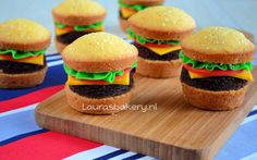 Hamburger cupcakes by Laura's bakery Healthy Treats, Yummy Treats, Sweet Treats, Hamburger Cupcakes, Kid Cupcakes, Birthday Treats, Food Humor, High Tea, Kids Meals