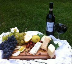tagliere di salumi con uva, pere e Petriolo! http://news.fattoriapetriolo.com/index.php/formaggio-uva-e-pere-la-melodia-del-gusto