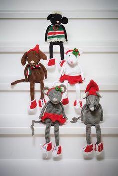 Her får du oppskrift på en hel liten gjeng med juledyr: Musejente, musegutt, kattejente, hundegutt og sauen Hen. Disse er flotte til pynt, men vi tør vedde på at noen får lyst til å leke og kose med dem også.