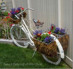 Old Bike in the Garden Bicycle Decor, Old Bicycle, Old Bikes, Container Flowers, Flower Planters, Garden Planters, Garden Art, Paint Bike, Bicycle Painting
