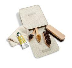 Tasche aus Filz mit Schuhpflege-Set, handgefertigt und mit Bürsten, Lederfett & Poliertuch bestückt – jetzt bei Servus am Marktplatz kaufen.