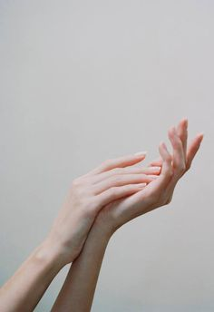 Pin // hand reference, human body, hand photography, care about Perfect Makeup, Pretty Makeup, Hand Fotografie, Hand Pose, Hand Photography, Human Body Photography, Coffee Photography, Beauty Photography, Hand Reference