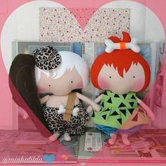 """""""Eu acredito em amores eternos, daqueles que acompanham a gente pela vida inteira, como se tempo e amor se fundissem num só elemento, tornando-se imutáveis, indestrutíveis."""" Feliz dia dos eternos namorados em especial aqueles que se conhecem e estão juntinhos desde a sua mocidade #namorados #felizdiadosnamorados #casal #eternosnamorados #tildatoy #tonefinnanger #bonecosdepano #theflintstones #bambamepedrita #tilda #tildababy"""