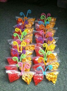 Healthy Snacks Discover 20 Creativas maneras para regalarle dulces a los niños Snack time fun for little kids! Made these for the kindergarteners on my last day of work and they loved them Class Snacks, Classroom Snacks, Preschool Snacks, Preschool Birthday Treats, Snacks Kids, Snack Ideas For Kids, Birthday Treats For School, Fruit Snacks, Healthy Birthday Snacks