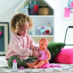 Ouders zorgen extra voor hun kinderen, bij wie zorgen de kinderen voor de poppen? #Corolle #Poppen #spelen  #speelgoed  #speelgoedwinkel #kinderen Om, Face, Faces