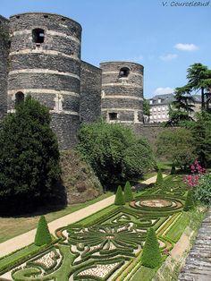 Le château d'Angers, aussi appelé château des ducs d'Anjou, est situé dans la ville d'Angers dans le département de Maine-et-Loire Pays de la Loireen France