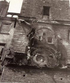Famoso reloj astronómico de Praga destruido, 1945.
